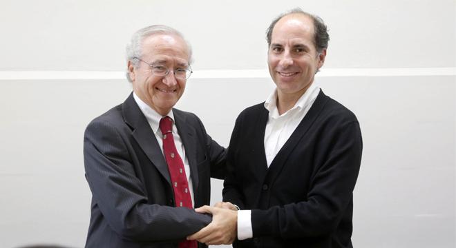 En la imagen, Luis Ibáñez, decado de la Facultad de Medicina UC, junto a Juan Cristóbal Romero, director ejecutivo de Hogar de Cristo.