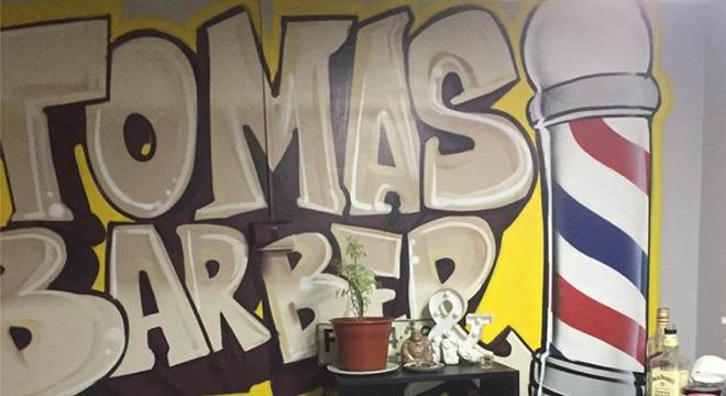 Grafitti del nombre de la Barbería de Tomás